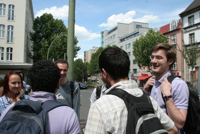 Un cliché rapide très avantageux d'un groupe d'étudiants en pleine discussion.