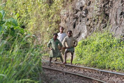3 kids outside Fanovalo, qui posent juste un peu