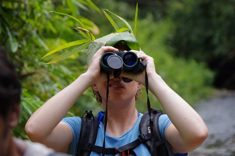 Jungle Jen demostrates how to use binoculars