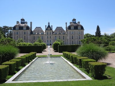 Cheverny - Chateau from fountain
