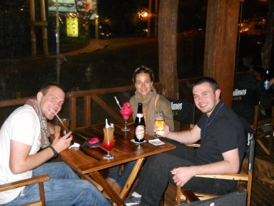 Bursdagsdrinker i Puerto Iguazu - Tom, Annika og James