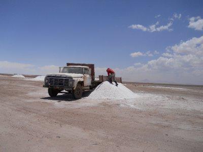 Mann som jobber med salt