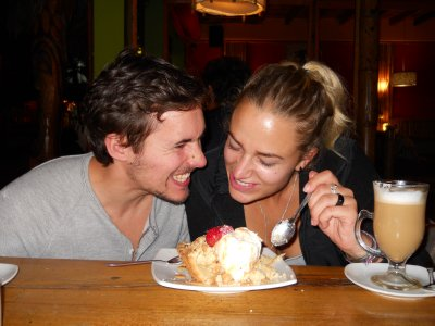 Bikkjeslagsmål om den DEILIGE eplesmuldrekaken paa Tiki Limbo restaurant