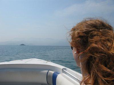 I speedbaaten paa vei fra Ilha Grande til Angro dos Reis