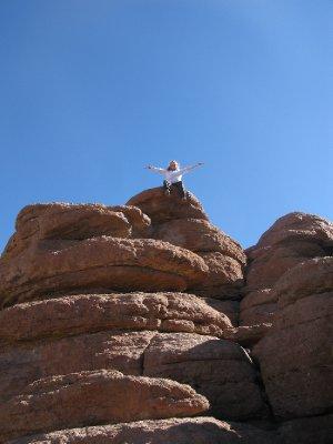 Tone overvant pustevanskene og fikk kravlet seg opp paa toppen av steinene