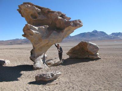 Annika viser muskler og holder steinen oppe