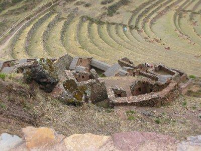 Oedelagte incaruiner ettersom spanjolene brukte stenene fra husene til aa bygge nye hus lengre ned i dalen.