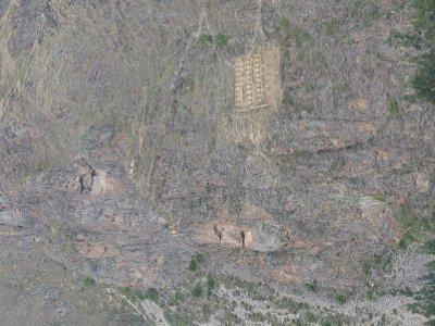 En eller annen gud sitt ansikt utskaaret i fjellveggen