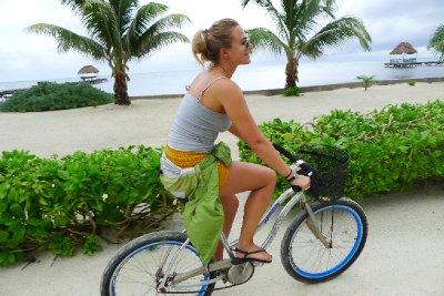 Annika sykler til byen