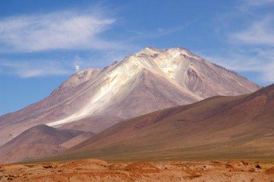 Volcan encore en activité (petite fumée sur la gauche)