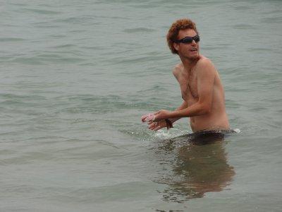 Antoine en train de laver le poisson