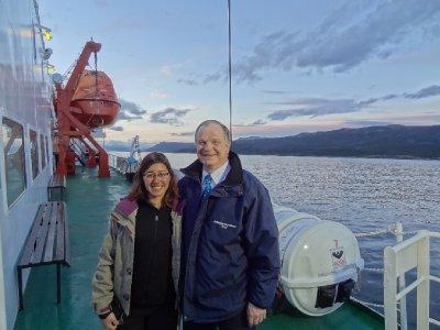 Fiona avec le capitaine du MV Ushuaia à l'entrée du canal Beagle