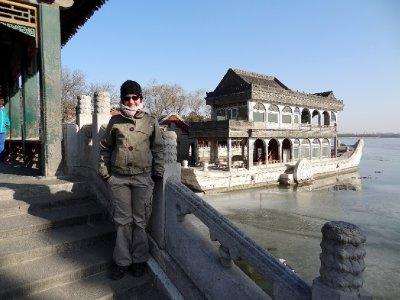 Fiona devant le Bateau de Marbre blanc.