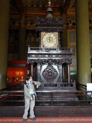 Fiona devant une des horloges de la cité interdite