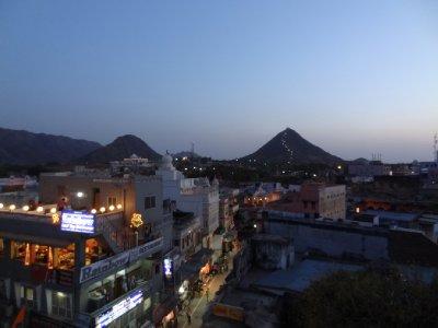 Vue sur Pushkar de nuit