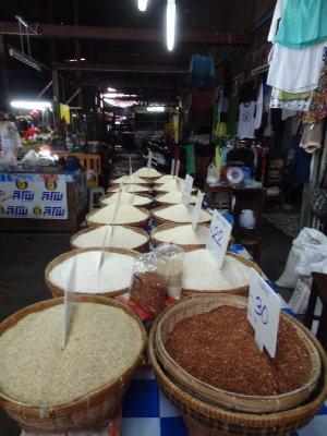 Différents types de riz au marché