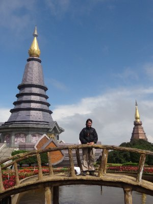 Fiona devant le temple au Doi Inthanon