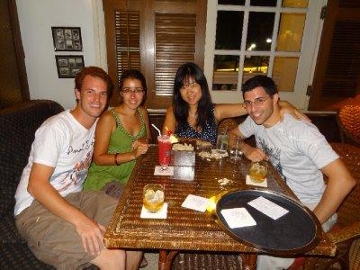 2 touristes professionnels et leurs hôtes Singapouriens