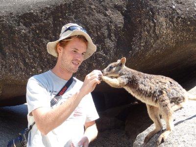 Antoine tente de dresser un wallaby
