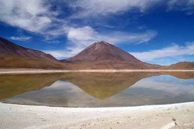 Le volcan Licancabur se reflète dans la Laguna Verde