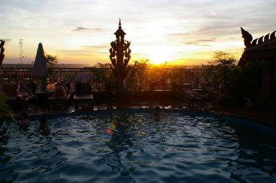 Coucher de soleil sur la piscine de notre Hotel