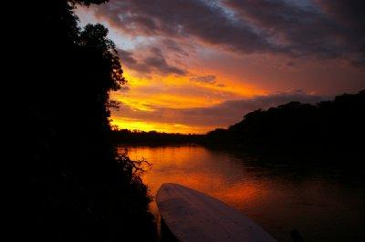 Levé de soleil sur la rivière Manu