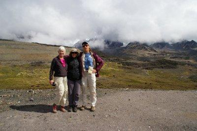 Patty, Fiona et Meredy au passage du col à 4725m