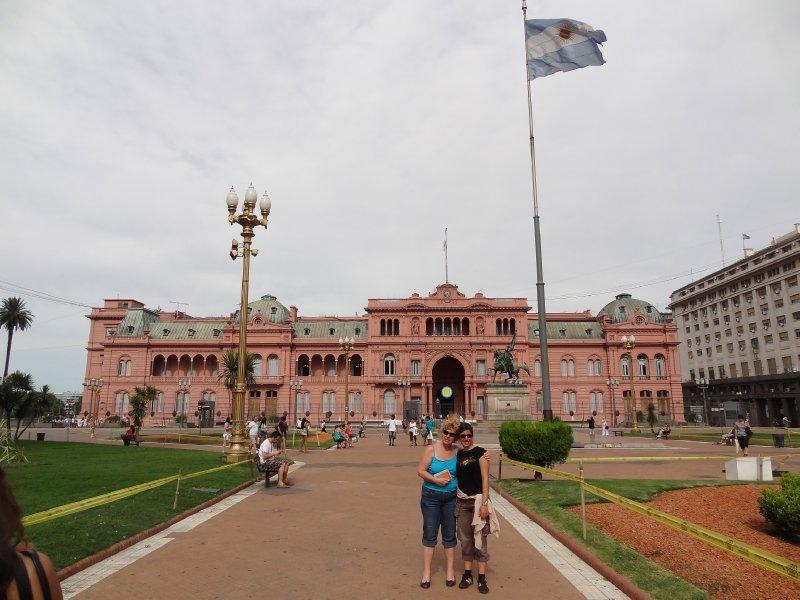 Fiona et Christine devant le palais présidentiel