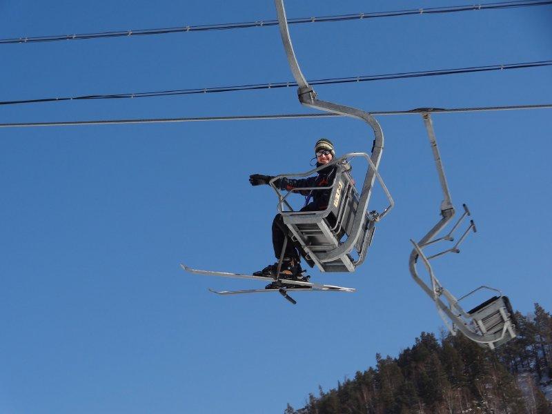 Antoine avec ces Skis sur le télésiège de Listvyanka