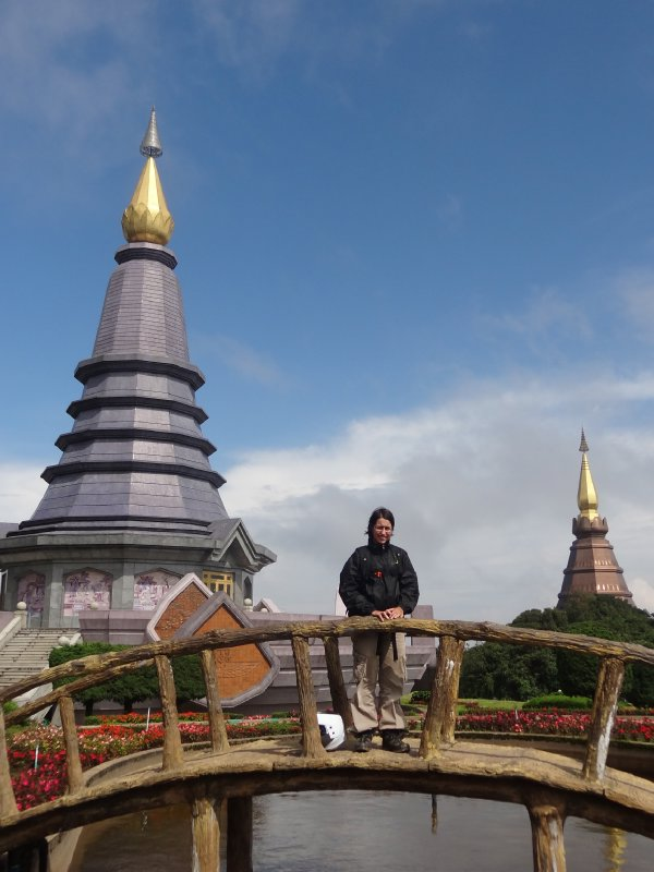 Fiona devant le temple au Doi Inthanon