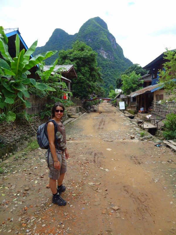 Fiona sur la rue principale de Muang Noi