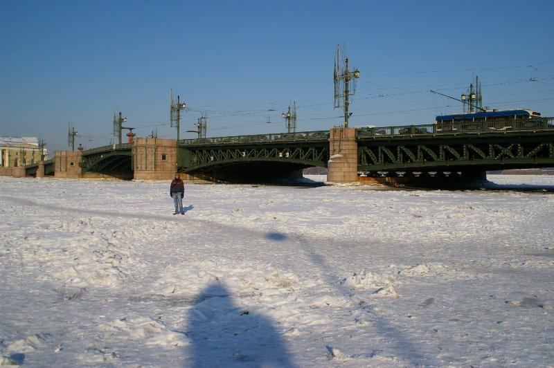 Antoine marche sur la Neva gelée