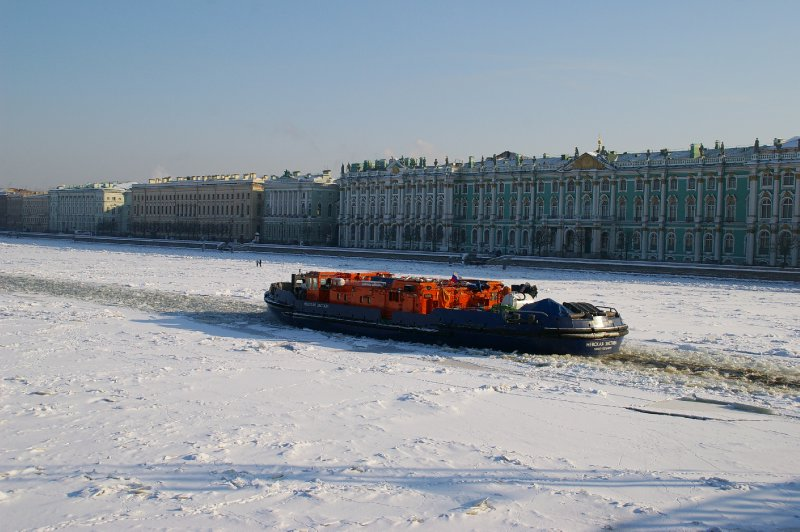 Brise glace sur la Neva gelée