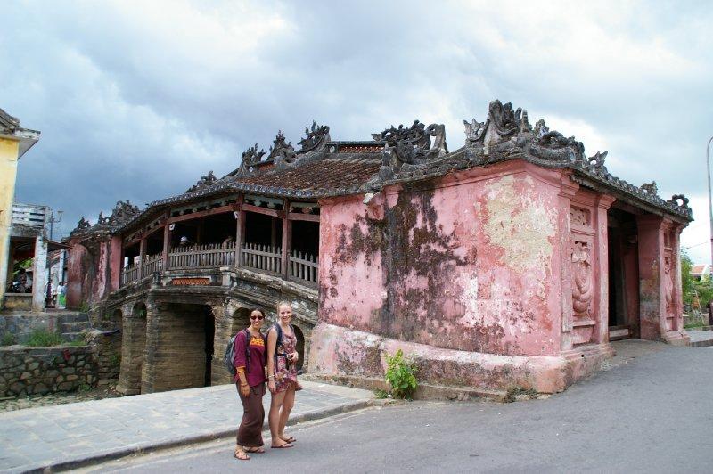 Fiona et Petty devant le pont couvert de Hoi An