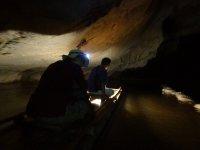 Grotte de Tham lot - Radeau dans la grotte