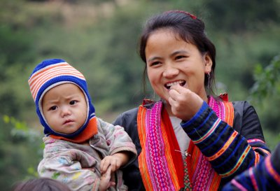 Red Hmong mother and child near Muong Lay, Dien Bien province