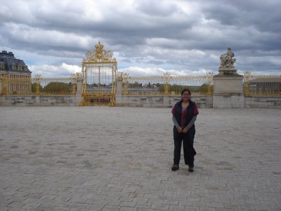 Jennifer with the golden gate at Versailles
