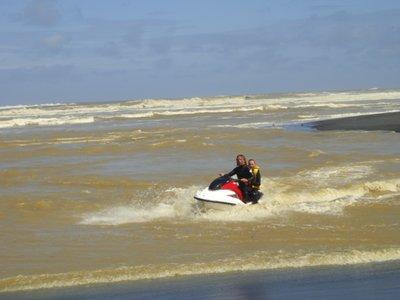 Steen und Dailia... die Wellen waren sicher 1.5 Meter hoch...