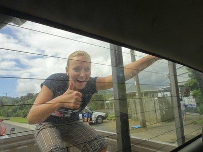Dalia wars im Truck natürlich zu langweilig... sie steht lieber auf der Ladefläche <img class='img' src='http://www.travellerspoint.com/Emoticons/icon_smile.gif' width='15' height='15' alt=':)' title='' />