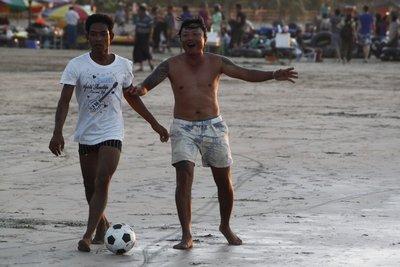 Birmesen houden van voetbal, op het strand spelen ze regelmatig onderlinge duels