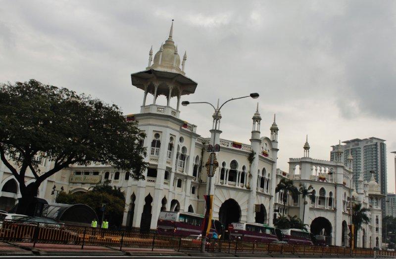 In veel gebouwen, zoals het oude gebouw van de Maleisische NMBS, herken je de Moorse en Arabische invloed en doen de aanwezigheid van de islam als godsdienst vermoeden. Het geeft KL, en Maleisië, meteen een atypisch Aziatisch trekje.