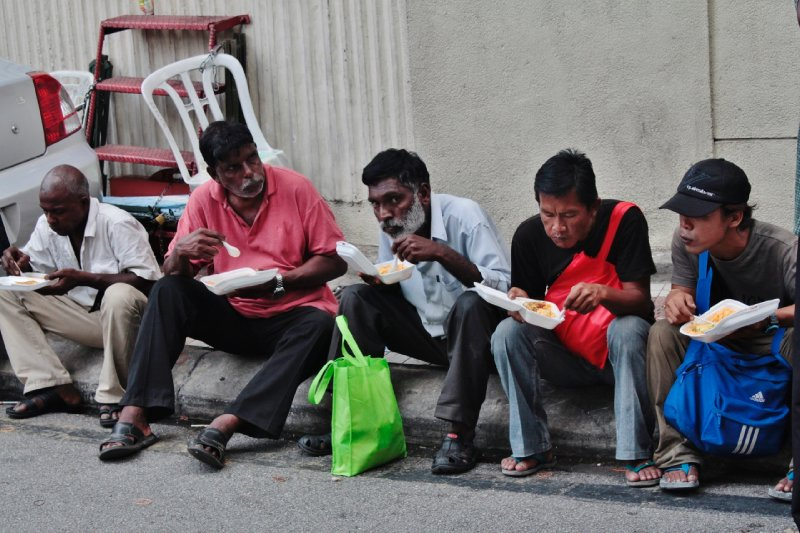 de locals die het wat minder hebben, kunnen dagelijks hun gratis maaltijd afhalen bij de plaatselijke moskee