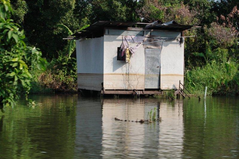 de hoogte van het water tijdens de overstromingen staat nog afgetekend op de gebouwen langs en in de Chao Phraya rivier