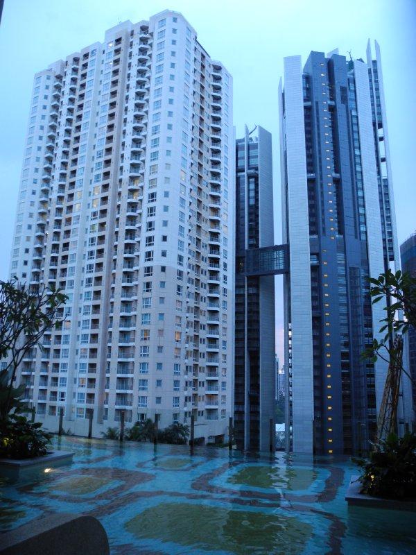 een zwembad op de 11e verdieping kon niet ontbreken, met uitzicht op de wolkenkrabbers, that is!