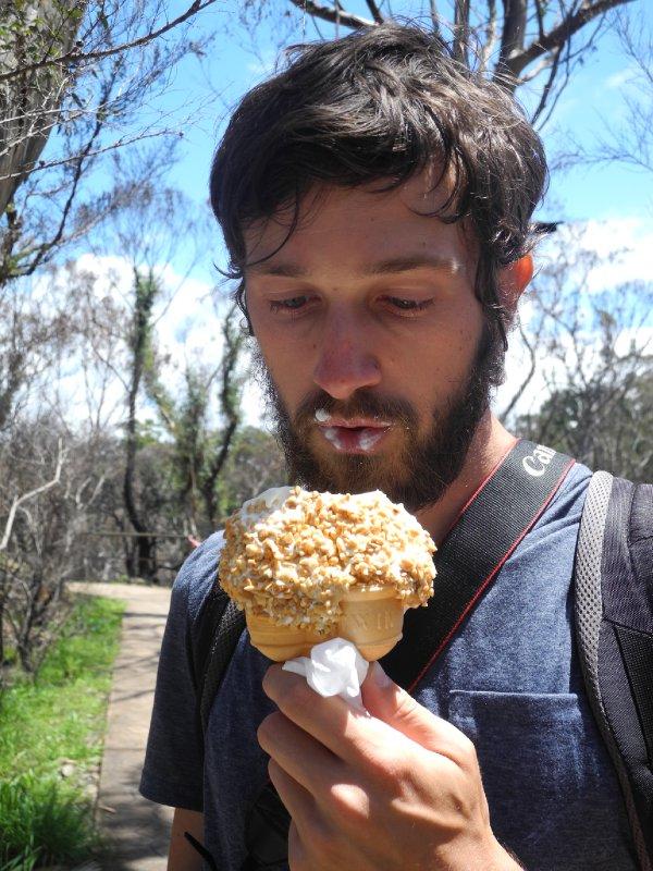 Sacha met zijn gigantisch ijsje in Katoomba!