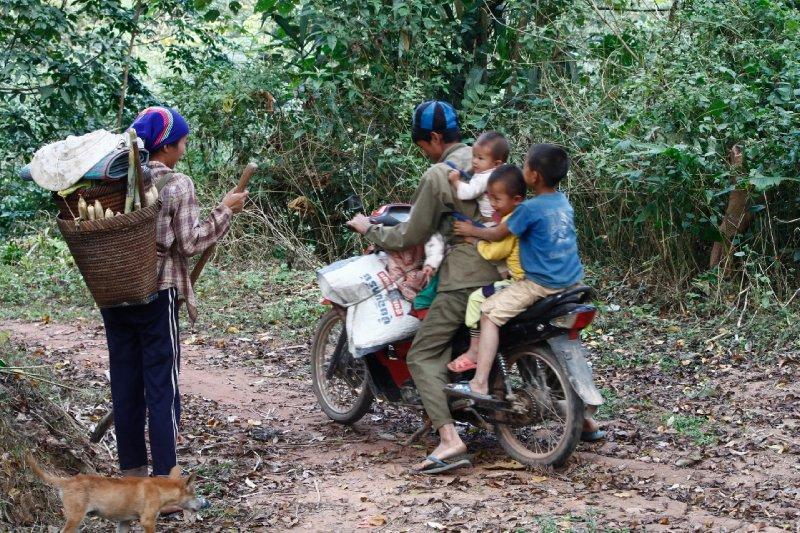 een heel gezin op de scooter is in Laos of ZO-Azië geen ongewoon zicht
