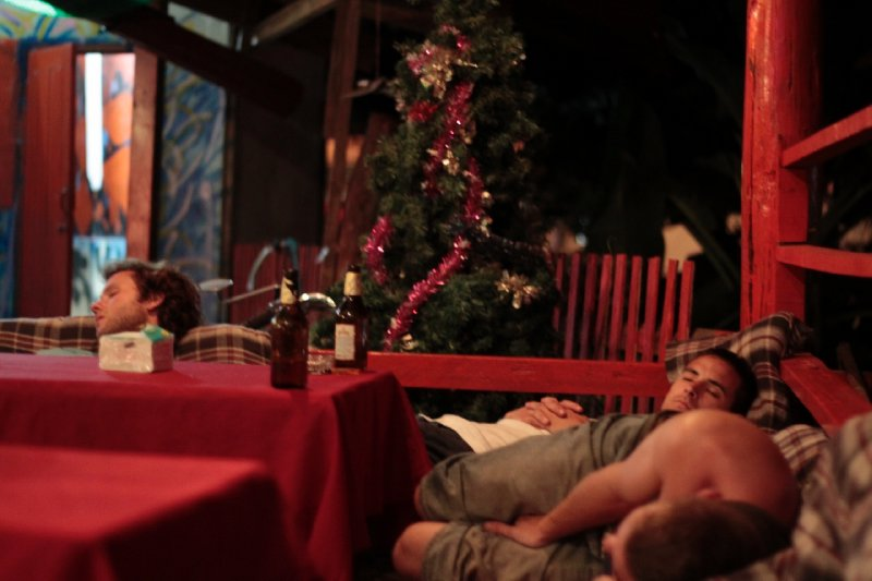 een impressie van partytown vang vieng: free shots en knock-out jeugd om 20u...