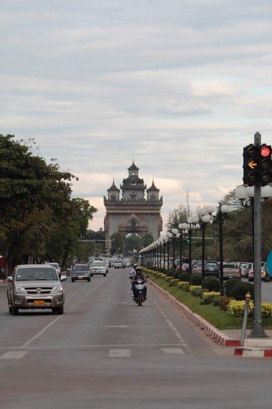 de Franse invloed is te merken in Laos: zo heeft hoofdstad Vientiane haar eigen interpretatie van de Champs Elysees / Arc de Triomphe