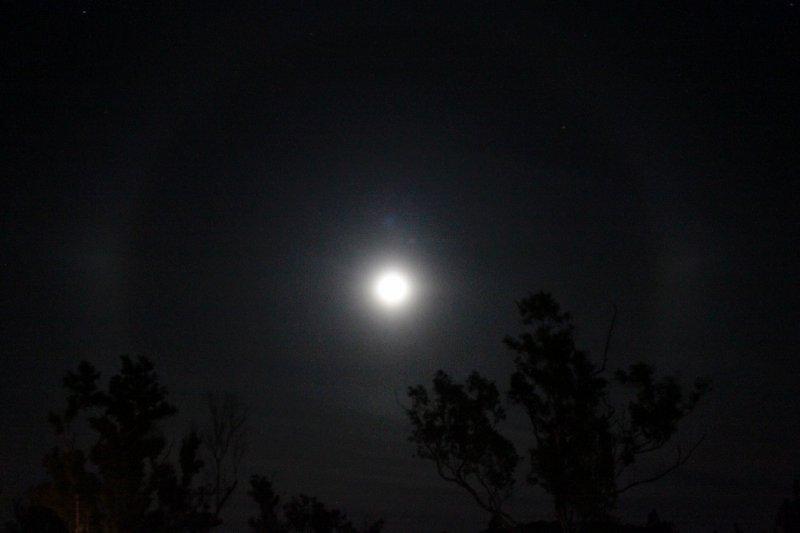 na de helse rit werden we beloond op een prachtige maan die twee dagen na een volledige eclips nu voorzien was van een extra kring (goed kijken, het was niet simpel dit vast te leggen!