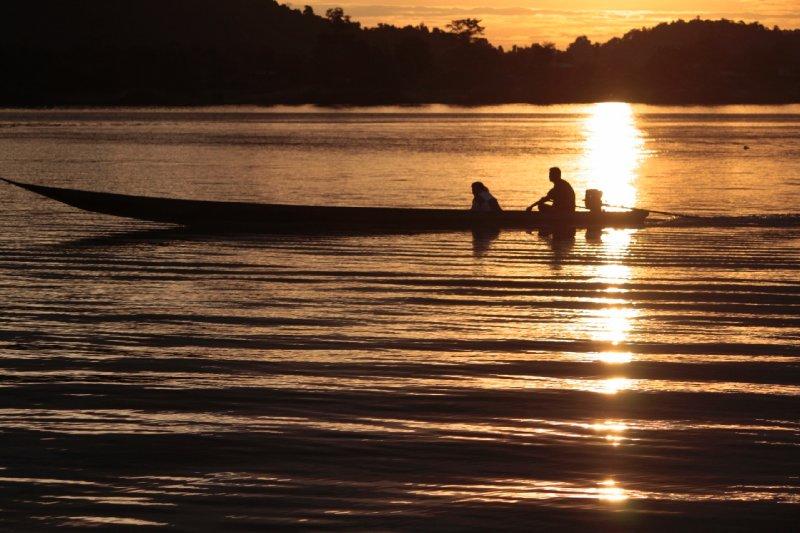 deze zonsondergang ondergingen we met een pint en zicht op Cambodja, dat aan de overkant van onze rustplaats gelegen was!